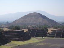 太阳的伟大的金字塔在死者的大道的特奥蒂瓦坎废墟的在墨西哥城风景附近 库存图片