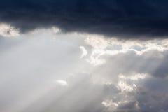 太阳的光芒在云彩后的 免版税图库摄影
