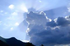 太阳的光芒在发光从云彩1的后面天空的 免版税库存照片