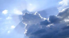 太阳的光芒在发光从云彩3的后面天空的 免版税库存照片