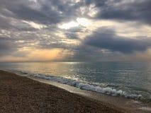 太阳的光芒在海的 库存图片