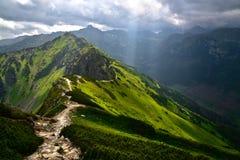 太阳的光芒在Tatra山的 免版税库存照片