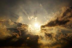 太阳的光芒通过云彩发光 库存照片