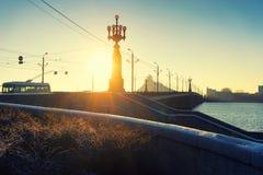 太阳的光芒通过在桥梁的街灯在12月 免版税库存照片