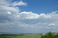 太阳的光芒从云层的后面草甸和领域 免版税库存图片