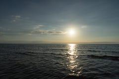 太阳的反射在海 免版税库存照片
