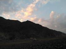 太阳的失踪在山后的 免版税图库摄影