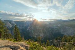 太阳的射线通过半圆顶峰顶做方式 免版税库存图片