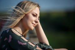 太阳的平衡的柔光的年轻白肤金发的女孩 免版税库存图片