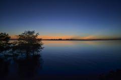太阳的微明在河的 免版税库存图片