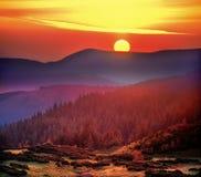 太阳的极大的盘在黎明 库存照片