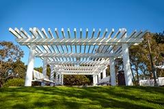 从太阳的白色木风雨棚 免版税库存照片