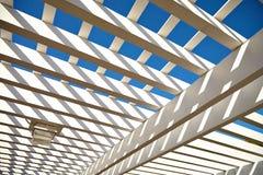 从太阳的白色木风雨棚 库存照片