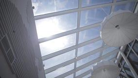 太阳的看法和蓝天通过窗口滑行动 天窗 查看视窗 天空的看法从的 免版税库存照片