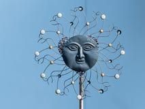 太阳的艺术性的雕塑由各种各样的材料制成 免版税库存照片