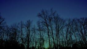 太阳的设置在蓝天w的 免版税库存照片