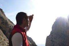 从太阳的登山家覆盖物 图库摄影
