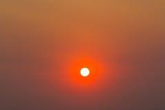 太阳背景与红色天空的 库存图片