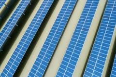 太阳能农场从上面 免版税库存照片