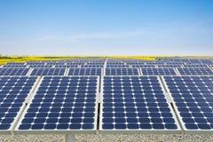 太阳能发电厂在春天 免版税库存图片