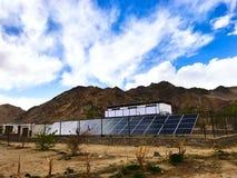 太阳能发电厂被安装在高处- Laddakh,印度 免版税库存照片