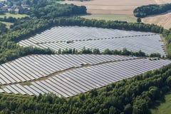 太阳能发电厂鸟瞰图  免版税库存照片