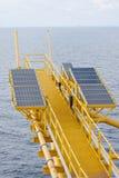 太阳能是金钱的力量,太阳能电池为产生供应电机设备的力量在近海油和煤气平台 免版税库存照片