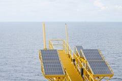 太阳能是金钱的力量,太阳能电池为产生供应电机设备的力量在近海油和煤气平台 库存照片
