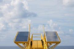 太阳能是金钱的力量,太阳能电池为产生供应电机设备的力量在近海油和煤气平台 免版税库存图片