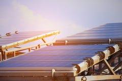 太阳能电池产生的电能在太阳光,蓝色光致电压的太阳电池板特写镜头,安全世界的绿色能量,力量之前 库存图片