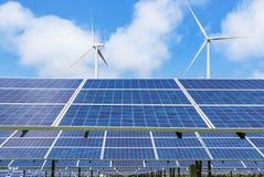 太阳能电池和发在发电站供选择的可再造能源的风轮机电 免版税库存照片