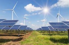 太阳能电池和发在发电站的风轮机电 库存图片