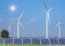 太阳能电池和发在发电站的风轮机电 免版税库存图片