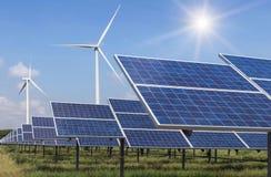 太阳能电池和风轮机在发电站供选择的可再造能源从自然 免版税库存照片