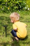 太阳能电池感兴趣的孩子 库存照片