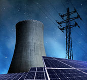 太阳能盘区、核电站和电定向塔 库存照片