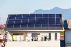 太阳能盘区,创新的光致电压的模块绿化en 库存图片