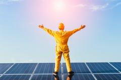 太阳能盘区photovoltaics模块有天空背景 免版税库存图片