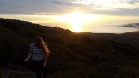 太阳落下和光束在海洋 库存照片