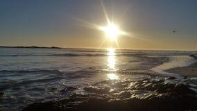 太阳落下和光束  库存图片