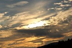 太阳设置了与云彩 免版税库存照片
