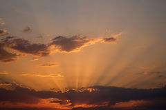 太阳设置了与太阳光芒 库存图片