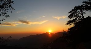 太阳设置了在小山 免版税图库摄影