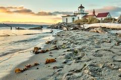 太阳设置了在西点灯塔在西雅图华盛顿 免版税库存图片