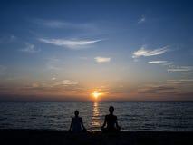 太阳设置了在Mae Haad海滩 图库摄影