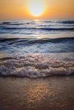 太阳设置了在pattya海滩在泰国 库存图片