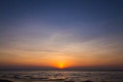 太阳设置了在pattya海滩 库存照片