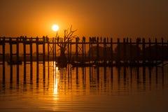 太阳设置了在U Bein桥梁 库存图片