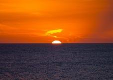 太阳设置到海里 库存图片