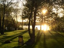 太阳设置在后院 免版税库存照片